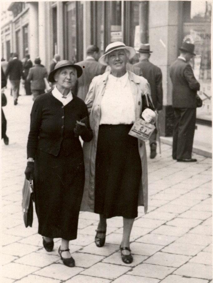 Соломія Крушельницька (праворуч) із рідною сестрою Осипою Бандрівською. Львів, 1939 р.
