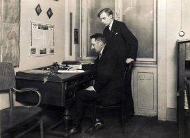 Амвросій Березовський з колегою в приміщенні торгівельної школи. Фото 1930 р.