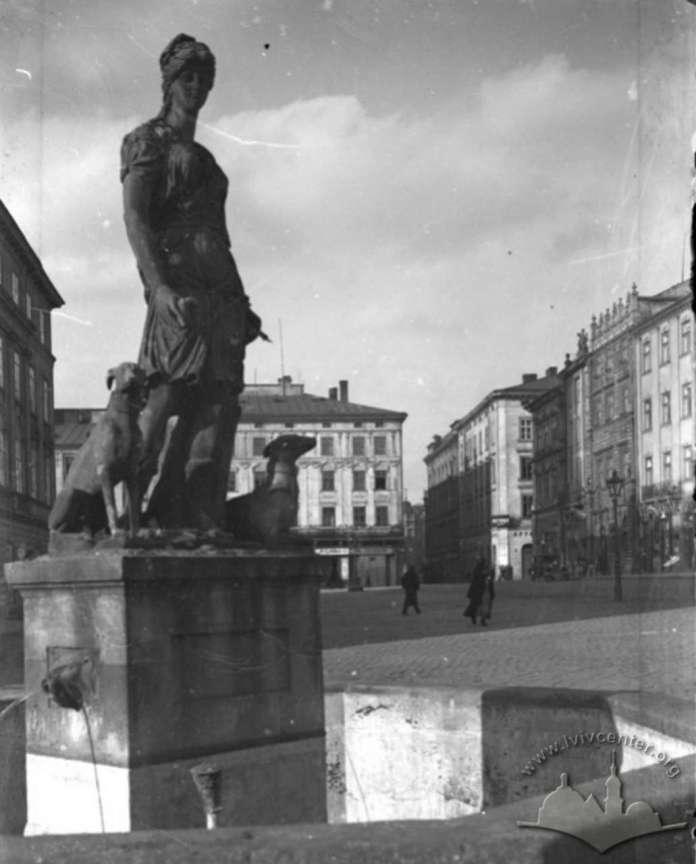 Фрагмент площі Ринок із скульптурою Діани над колодязем. Фото до 1939 року