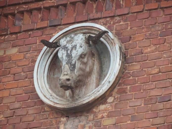 Міська бійня, скульптури на стінах.