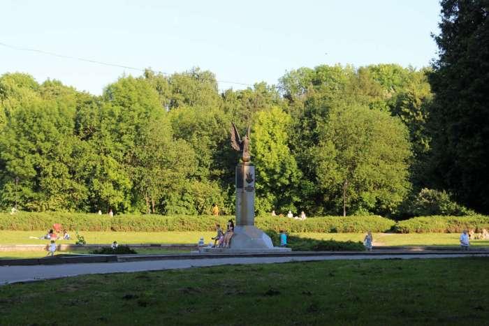 Пам'ятник першому футбольному двобою в Україні на теренах Стрийського парку. Фото 2015 року