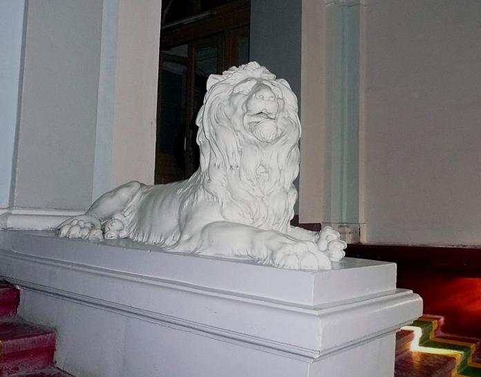 Леви у вестибюлі Палацом справедливості роботи Антонія Попеля