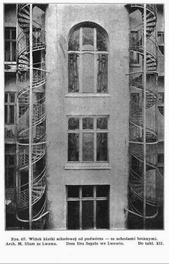 Вирішення сходової клітки та бокових сходів. Вигляд з внутрішнього двору будівлі. Фото 1905 року