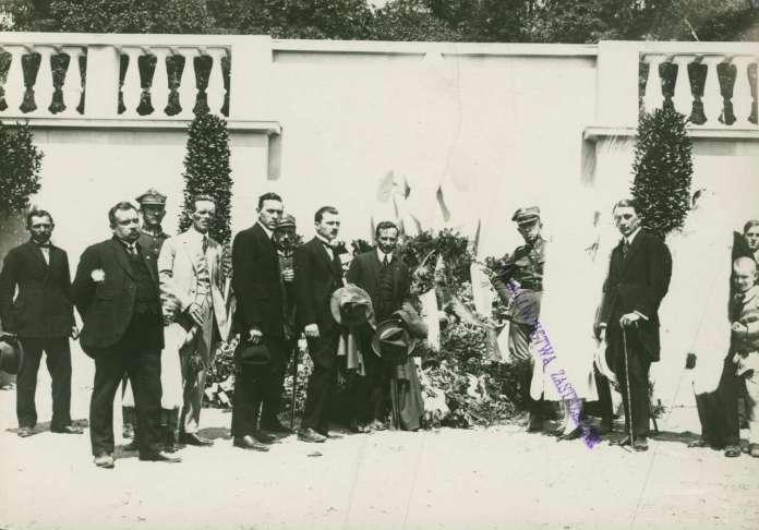 Групове фото з відкриття монументу пілотам. 1925 рік