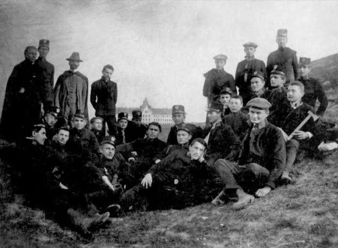 Група українських студентів на фоні бурси. Фото 1912 року