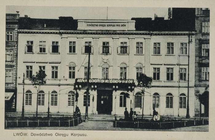 Будівля коменди на поштівці міжвоєнного періоду