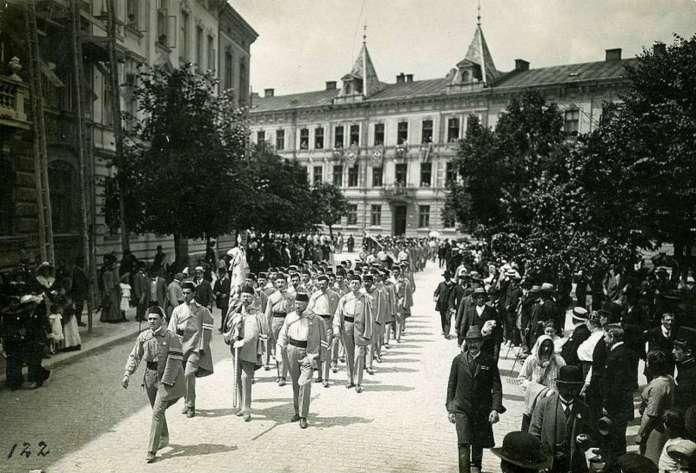 Хода здвигу сучасною площею імені Івана Франка. Фото 1914 року