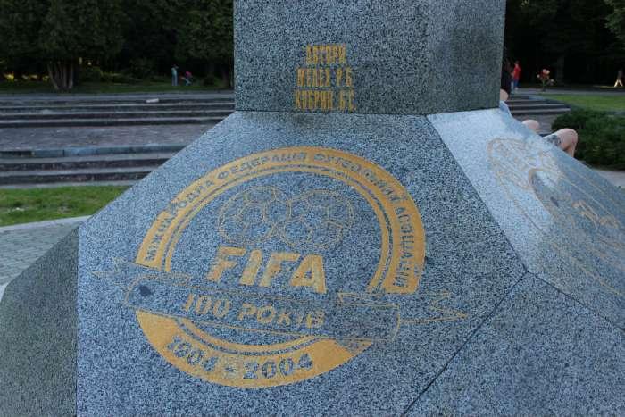 Відзнака ФІФА на монументі першому футбольному матчу України. Фото 2015 року