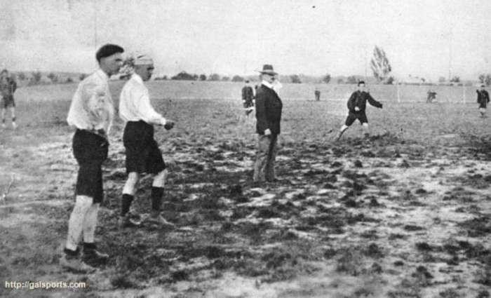 Один з перших футбольних матчів на теренах Стрийського парку. Фото кінця XIX сторіччя