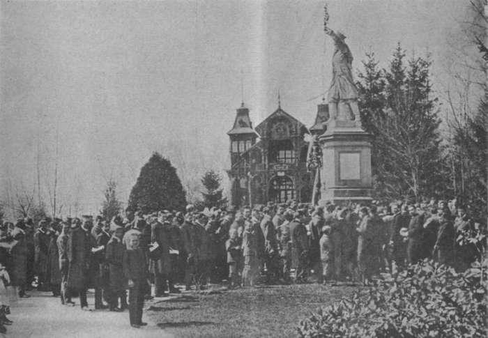 Мітинг біля пам'ятника Кілінському. Фото 1902 року