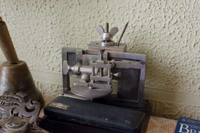 Пристрій для нарізання досліджуваного матеріалу.