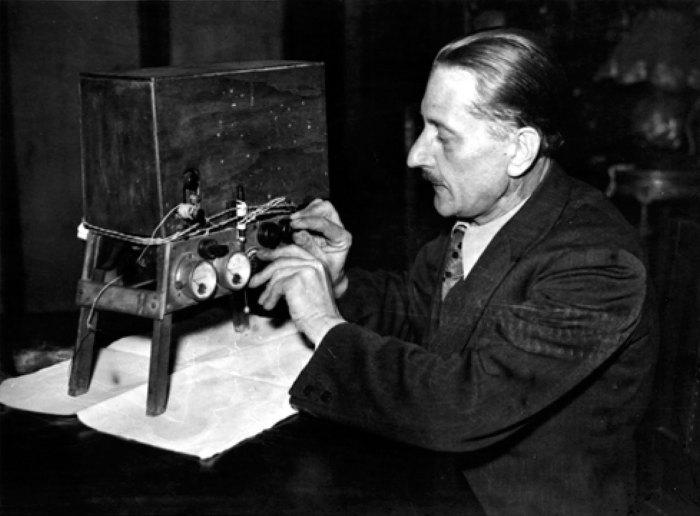 Збігнєв Ян Дуніковський готується до експерименту.