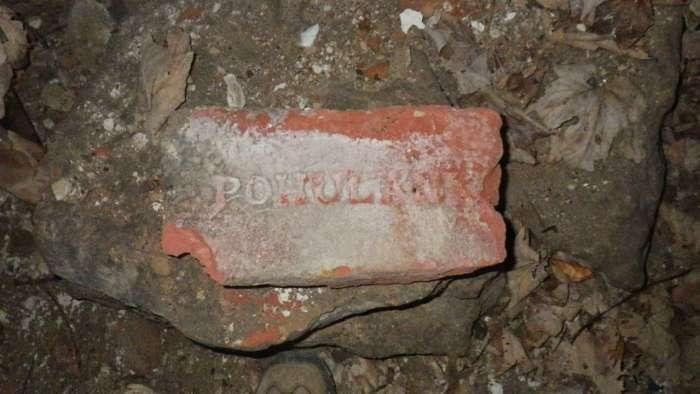 Цеглина вироблена на Погулянці, знайдена на території винзаводу - колишньому броварі Кляйна. Фото наших днів