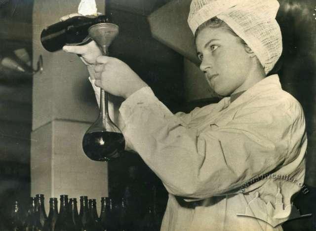 Працівниця львівського винзаводу. Фото 1967 року
