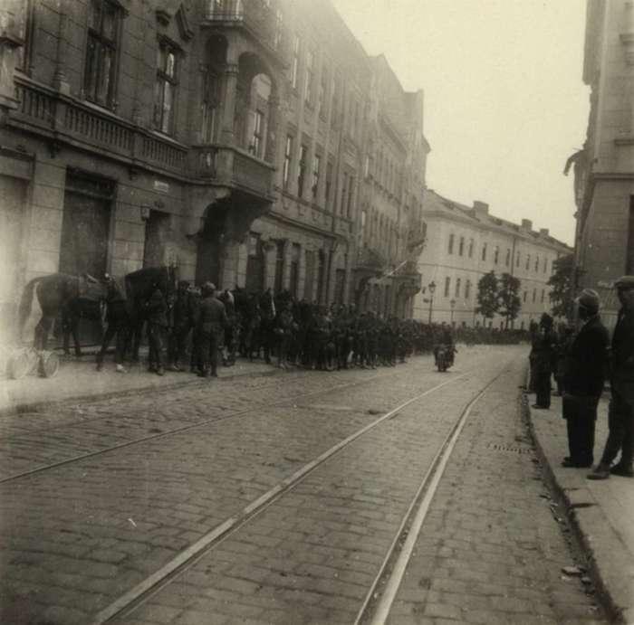 Перші дні німецької окупації, на задньому плані - Замарстинівська тюрма. Фото 1941 року
