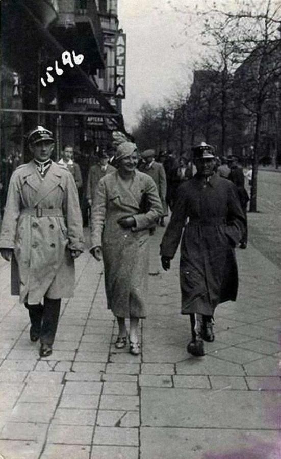 Дружня прогулянка по вулиці Сапєги. Фото до 1939 року