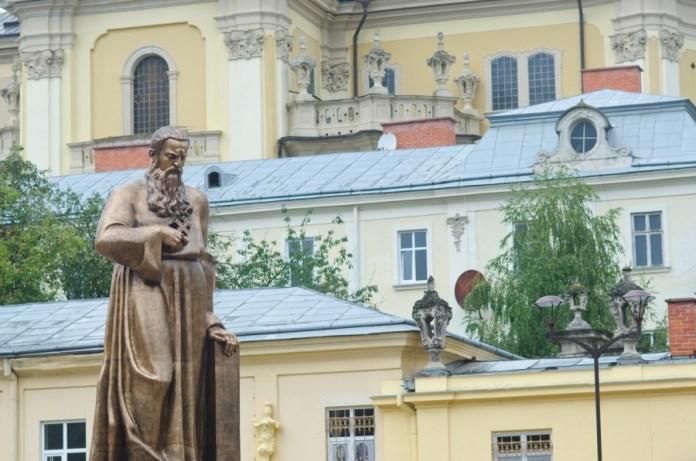 Пам'ятник Андрею Шептицькому у Львові.