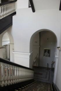 Сходи між першим і другим поверхом.