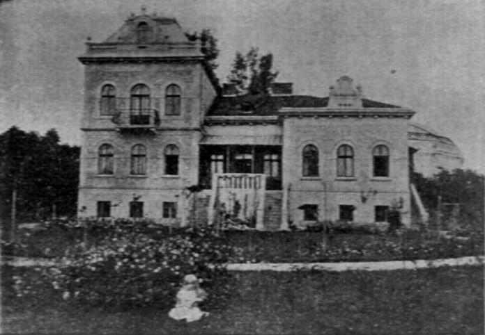 Вілла Михайла Грушевського у 1903 р. (на передньому плані Катерина Грушевська)