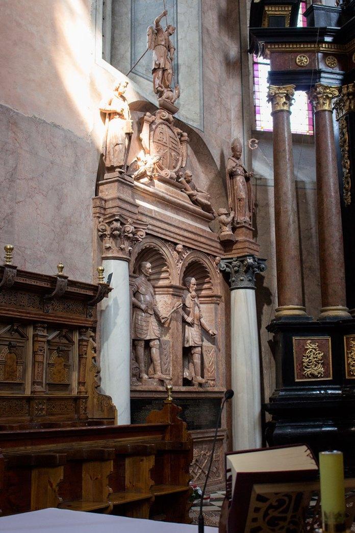 Надгробок Станіслава та Яна Жолкевських, виконаний за кошти Софії Даниловичової, 30-ті роки XVII с. Червоний мармур.