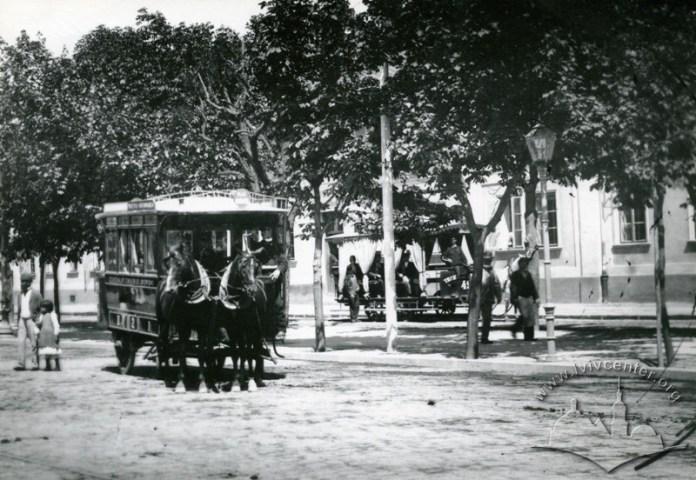 Омнібус та кінний трамвай на сучасній вулиці Чернівецькій, фото 1900 рік.