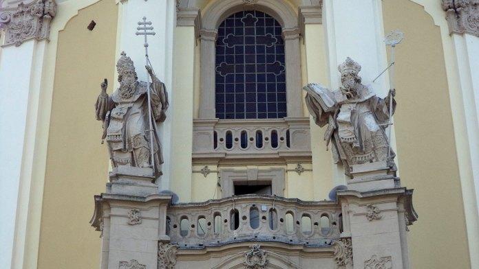 Скульптури Патріарха Атаназія та Папи Лева на фасаді собору святого Юра у Львові