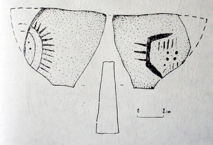 Глиняний предмет приблизно трикутної форми, експонат історико-краєзнавчого музею міста Винники