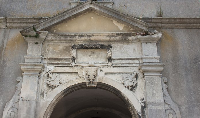 """Вирізьблена на кам'яній плиті дата """"1530"""" над воротами з внутрішнього двору"""
