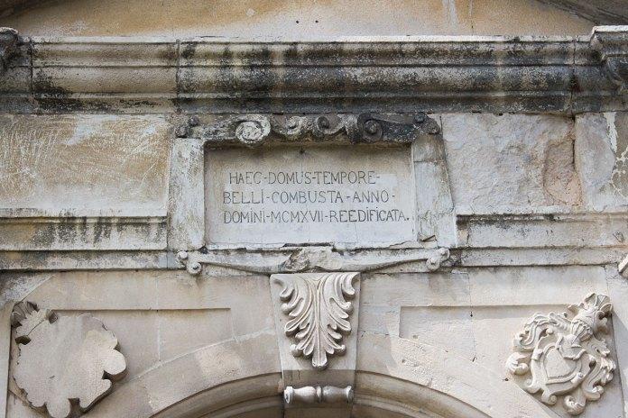 Меморіальна плита на головних воротах замку із написом на латині: «HAEC-DOMUS-TEMPORE-BELLI-COMBUSTA-ANNO-DOMINI-MCMXVII-REEDIFICATA»