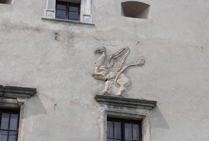 Зображення грифону на стіні Свірзського замку