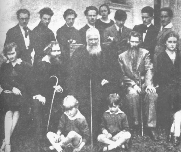Митрополит Андрей Шептицький у товаристві викладачів та вихованців Мистецької школи Олекси Новаківського