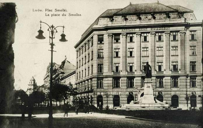 """Будівля Акційного спілчанського банку із кав'ярнею """"Варшавська"""" у партері. Поштівка до 1914 року"""