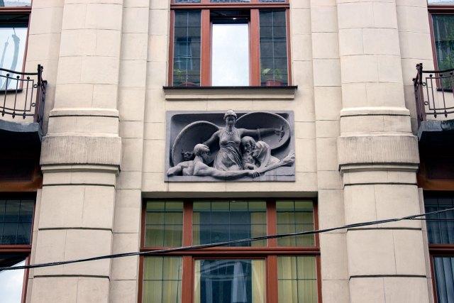 """Фрагмент декору будівлі на Коперника, 3 де діяв """"Золотий Вулик"""". Фото 2015 року"""