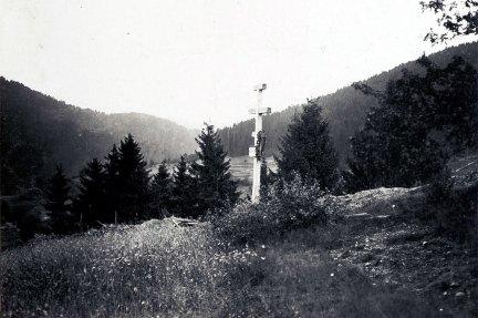 Хрест біля підніжжя г. Плішка на честь загиблих вояків легіону УСС.