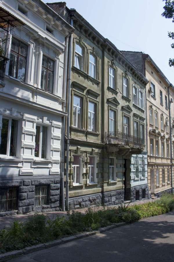 Кам'яниця №14 на сучасній вулиці Кирила і Мефодія, де мешкав Роман Дмовський. Фото 2015 року