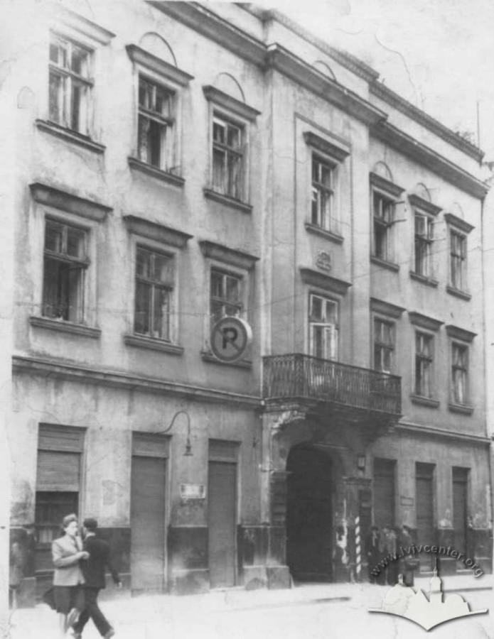 Будівля на вулиці Менцинського, 1. Фото 1950 року