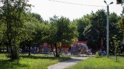 """Дитячі атракціони в парку """"Горіховий гай"""" у Львові, фото 2015 року"""