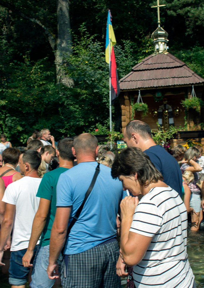 Прочани біля чудотворного джерела села Новосілка (Раковець)
