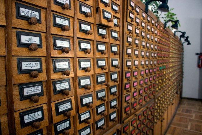 Каталожні шафи алфавітного карткового каталогу