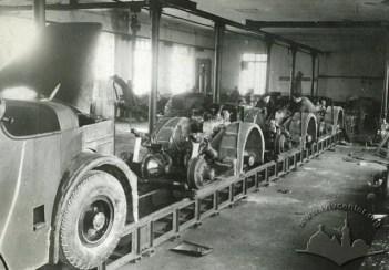 Початок роботи конвеєра на Львівському заводі автонавантажувачів, фото 1950-1951 років
