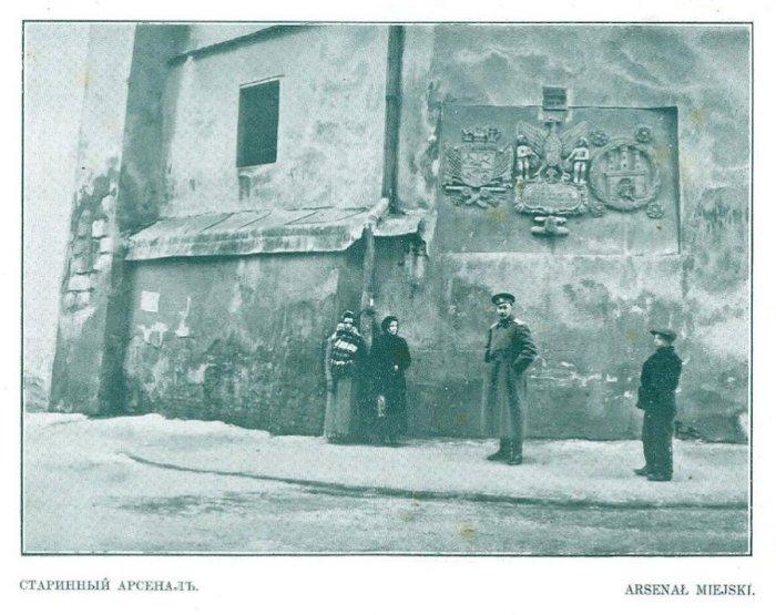 Російський військовий під стінами Міського арсеналу у Львові, фото зима 1914-1915 років