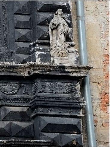 Святий Лука на фасаді Чорної кам'яниці у Львові на площі Ринок, фото 2015 року