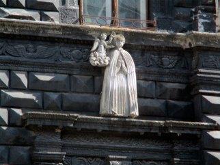 Святий Станіслав на фасаді Чорної кам'яниці у Львові на площі Ринок, фото 2015 року