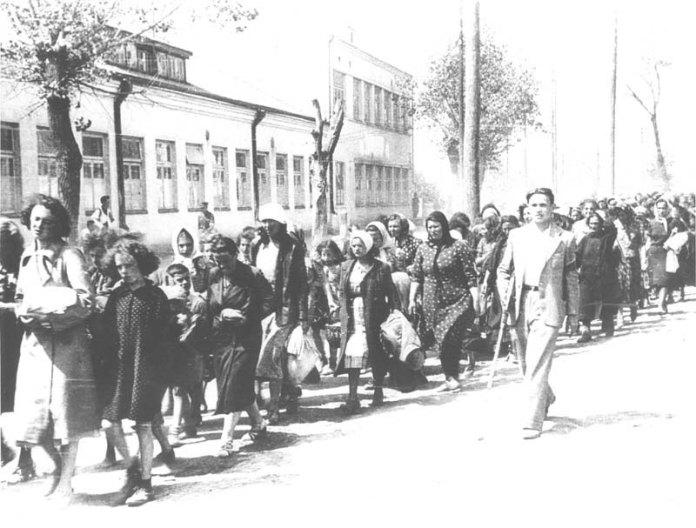 Львів. Місцеві охоронці супроводжують колонну євреїв