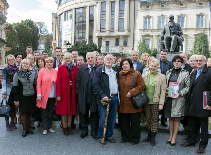 Учасники покладання квітів до пам'ятника Михайлу Грушевському