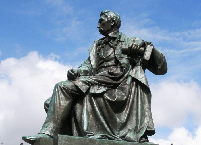 Фрагмент пам'ятника Александру Фредру в наші дні