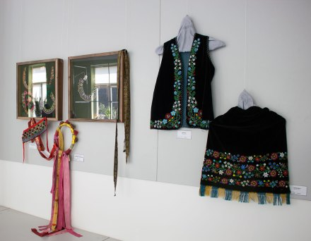 """Експозиція виставки """"Прикраса в народному строї»"""
