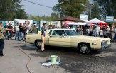 Дівчата в купальниках миють ретро-автомобіль