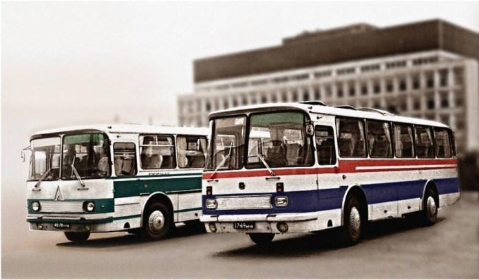 """Середина 80х років. Серійний ЛАЗ 697Р """"Турист"""" (справа) і його попередник 697Н """"Турист""""."""