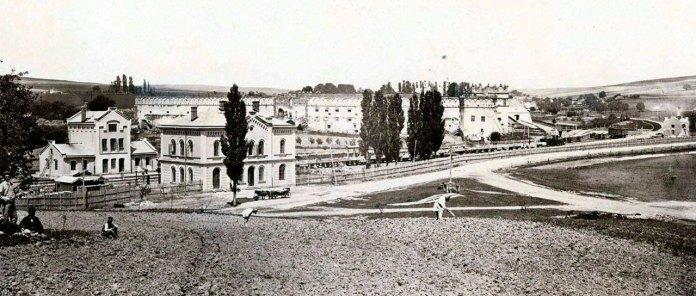 Вигляд на залізничну станцію та замок у Старому Селі, фото початку ХХ століття